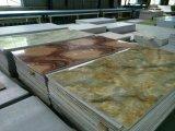 Producción plástica del azulejo de mármol artificial del PVC que saca haciendo la línea de la máquina