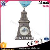 Medalhas da estação de acabamento da prata 3D da antiguidade da forma da torre para a meia maratona