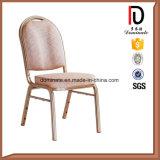 빨간 둥근 뒤 및 의자를 식사하는 백색 줄무늬 직물