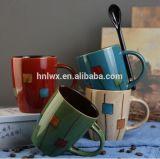 ハンドルのスプーンが付いているカスタマイズされた2つの調子によって艶をかけられる石器のコーヒー・マグ