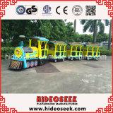 Clásico antiguo tren eléctrico sin rieles para el parque de atracciones