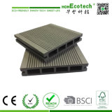 新しい到着の合成のDeckingの床WPC台地の床の木製のプラスチック合成のフロアーリング