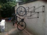 잘 고정된 단 하나 수직 거는 자전거 선반