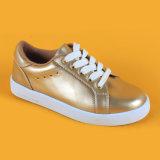 Da juventude encantadora dos miúdos das meninas do T.S. Eleegence as sapatas de passeio do esporte atam acima as sapatilhas douradas dos miúdos