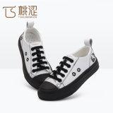 子供の方法PUの革は白い原因のスニーカーの靴をひもで締める