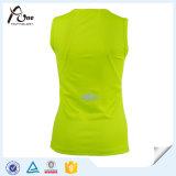 Mulheres marcadas que funcionam o mais tarde a veste desgaste movimentando-se reflexivo