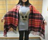 Bufanda tejida tela escocesa multi del cabo con la apertura del brazo y el detalle de la franja