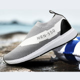 L'eau des hommes chausse les chaussures de marche légères de sport sportif
