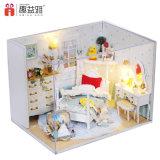 Casa de boneca de madeira da chegada nova DIY com mobília para a criança