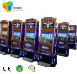 Buen americano de la renta que juega la máquina electrónica del bingo para la venta