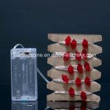 La chaîne de caractères étoilée rouge de la forme 7feet de languettes allume 20 DEL étoilées micro sur le câblage cuivre argenté
