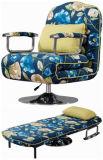 하나에 있는 침대이 딸린 사무실 의자 그리고 직물 소파