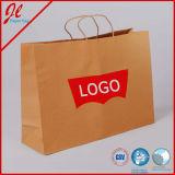 Le lustre blanc a feuilleté des euro de cadeau a personnalisé le sac à provisions de papier jaune avec le traitement