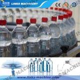 Acqua minerale che riempie 500ml automatico pieno