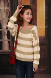 女性特大柔らかいしまのある広い首のセーター
