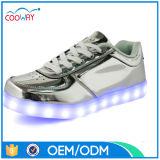 El USB que carga el LED metálico enciende los zapatos con las plantas del pie de goma