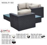 普及した藤の柳細工のソファーは居間の家具のためにセットした