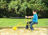Het Stuk speelgoed van het jonge geitje rit-op Werkende Kraan