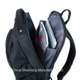 Il taccuino del computer portatile del sacchetto di libro dei ragazzi mette in mostra lo zaino