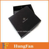 Rectángulo de regalo de papel negro con el sellado caliente de plata