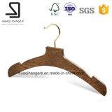 Одежда одевает деревянные вешалки, вешалку ткани с крюком металла
