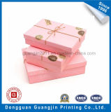 Boîte-cadeau de papier gravante en relief de forme de coeur avec la bande