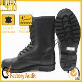安く黒い軍人の戦闘用ブーツ