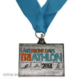 リボンが付いているカスタム半分のマラソンの子供の道の泥の連続したメダル