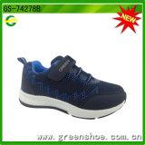 Идущий ботинок спорта с велкроим