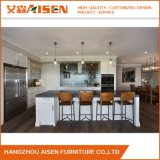普及した、簡単で白いシェーカー様式の純木の食器棚
