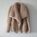 ラベンダーの模造綿のベルベティーンの開いた前部折りえりのコート