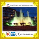 Belle fontaine multicolore extérieure de musique dans l'étang rond