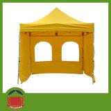 يطوي ظلة خيمة مع حائط جانبيّ