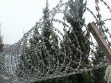 熱い電流を通されたかみそりの有刺鉄線の塀(Bto-28)
