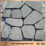 화강암 포석을, 연석은 정원사 노릇을 해서, 커브 도로 돌을 포장하는 편든다