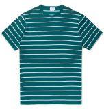 백색 남자와 녹색 줄무늬 t-셔츠