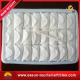 Beschikbare Hand die Natte Katoenen Handdoek verfrissen