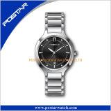 Mano svizzera di Ronda Movt 3 con l'orologio dell'acciaio inossidabile della data