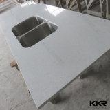 Partie supérieure du comptoir artificielle de cuisine de pierre de quartz avec le bassin d'acier inoxydable