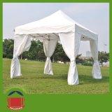 بيضاء [غزوبو] يطوي خيمة مع حائط جانبيّ