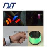 Faixas de pulso claras da segurança do diodo emissor de luz, bracelete luminescente, anel fluorescente da mão