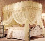 여름에 있는 투명한 얇은 침대 모기장