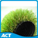 Profesional que ajardina la hierba artificial, cuidado médico sintetizado seguro de la hierba