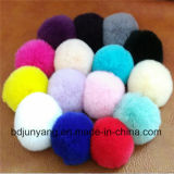 柔らかく多彩なウサギの毛皮の球