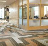 熱い販売オフィスのオフィスのフロアーリングのための耐久の防音PVC床タイル