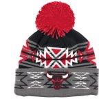 Chapeau de Beanie tricoté par mode neuve avec le logo en caoutchouc et le Pompom d'injection