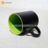 ハート形のハンドルが付いている11oz上塗を施してある内部カラー陶磁器のマグ