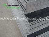 Saca la hoja rígida gris del PVC