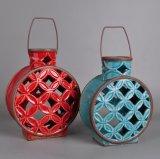 古典金属のハンドルが付いている艶をかけられた陶磁器の蝋燭ホールダーをくり抜きなさい