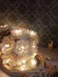 結婚式の装飾の白いローズの花の花輪妖精ストリングライト